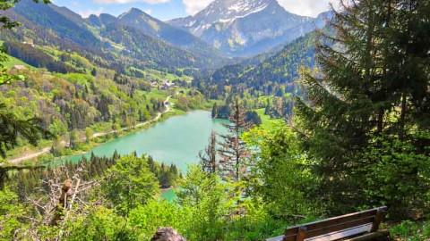 Panorama sur le lac de Vallon, Bellevaux, mai 2020
